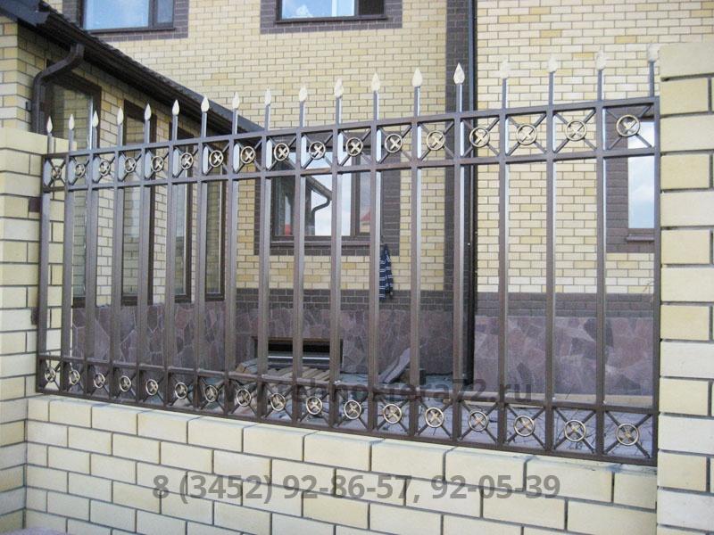 Красивый кованый забор с геометрическим рисунком