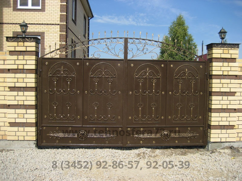 Кованые ворота с оригинальным повторяющимся рисунком